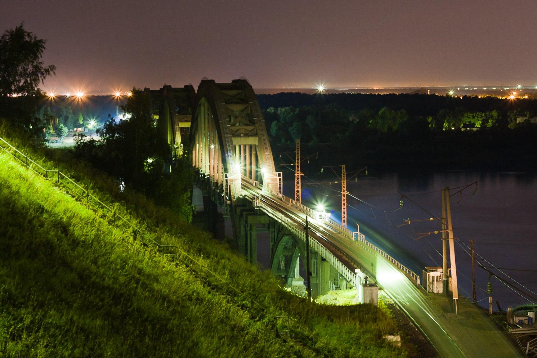 Железнодорожный мост ночью
